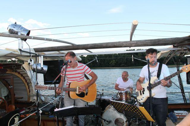 Orchestre au bord de l'eau